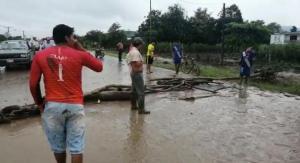 Moradores de la comunidad Barquero, afectados por inundaciones, cierran vía Chone-San Vicente