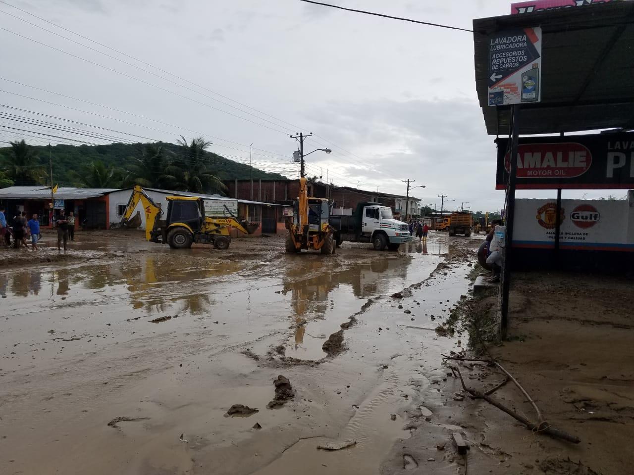 Desbordamiento de quebrada causa inundaciones en la parroquia Charapotó, en Sucre