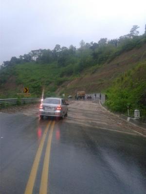 El cerro de la vía Junín-Portoviejo, cerrado por deslizamiento de tierra