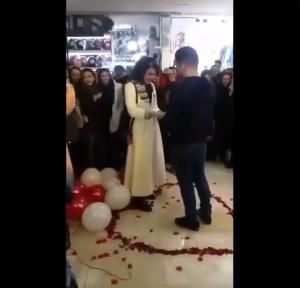 Pareja detenida en Irán por protagonizar propuesta de matrimonio en público
