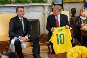 Trump y Bolsonaro se intercambian camisetas de fútbol con sus nombres