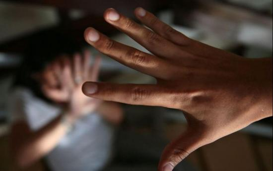 Sentencian a 22 años de prisión a hombre que violó a su hija, en Quito