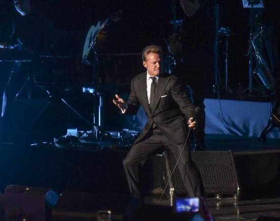 Luis Miguel lanzó micrófono a sonidista en concierto en Panamá