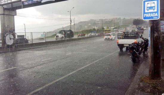 Fuerte lluvia se registró esta tarde en varios sectores de Quito