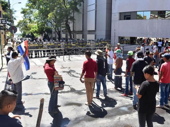 Campesinos que piden devolución de tierras  se enfrentan a policías
