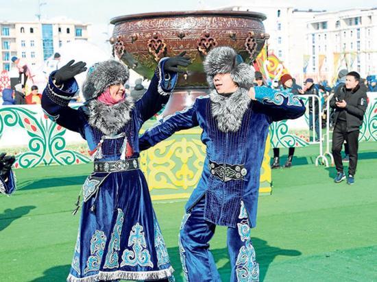 Festejan el año nuevo persa con disfraces de leyendas