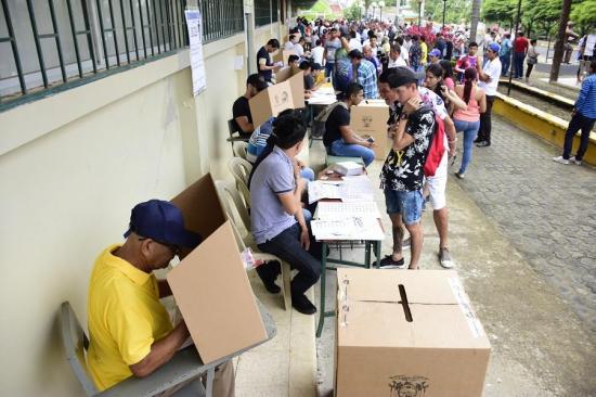 Cerca del 40 % de participación a media jornada de las elecciones en Ecuador