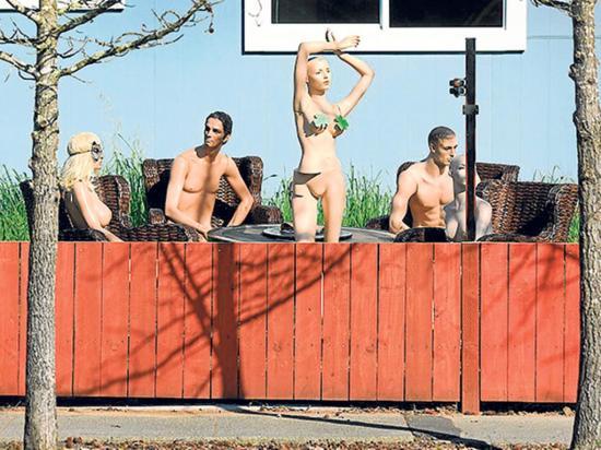 Organiza fiesta de maniquíes desnudos en su casa