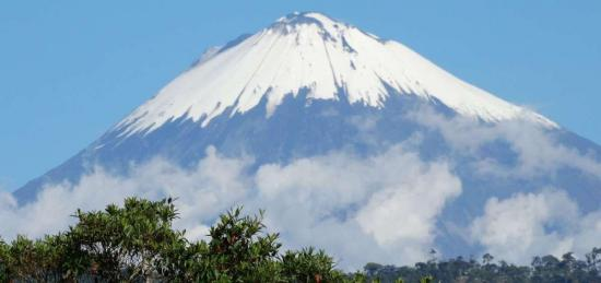 Recomiendan suspender ascensos a volcán Sangay, por reactivación