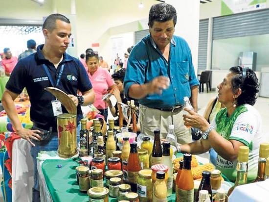 Asociaciones exponen sus productos en una rueda de negocios
