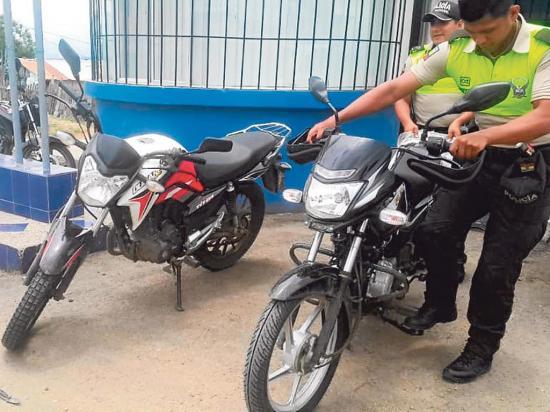 En Manta Policia encuentra motos y un carro escondidos en la maleza