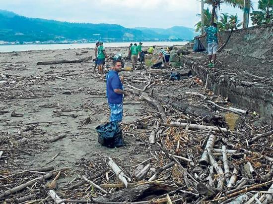 Un grupo de deportistas limpia las playas de Bahía