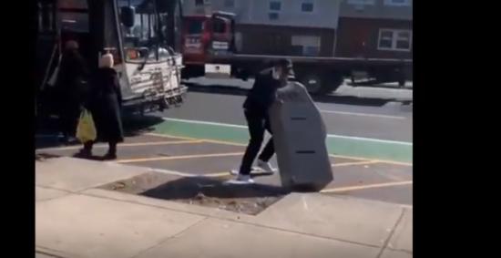 Ladrón quiso escapar en bus con cajero automático robado