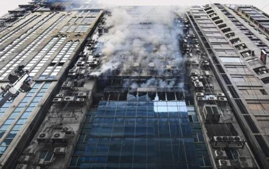 Aumentan a 25 los muertos en el incendio de un rascacielos en Bangladesh