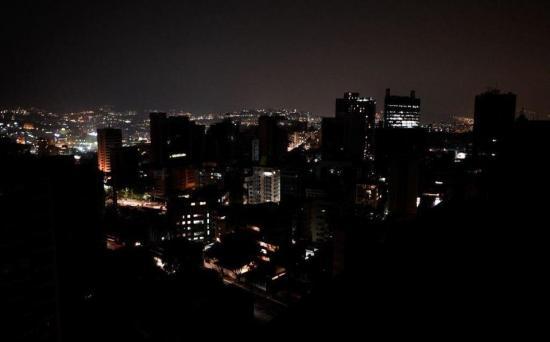 Apagón vuelve a dejar a oscuras a Caracas y a varias regiones de Venezuela