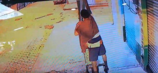 Ladrón de focos es captado por cámara