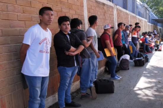 En Portoviejo decenas de jóvenes hicieron largas filas para ser parte del Servicio Militar Voluntario