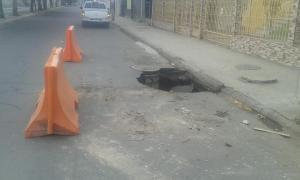 Portoviejo amanece con un socavón en la avenida Manabí.