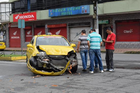 Camioneta choca contra un taxi y se da a la fuga