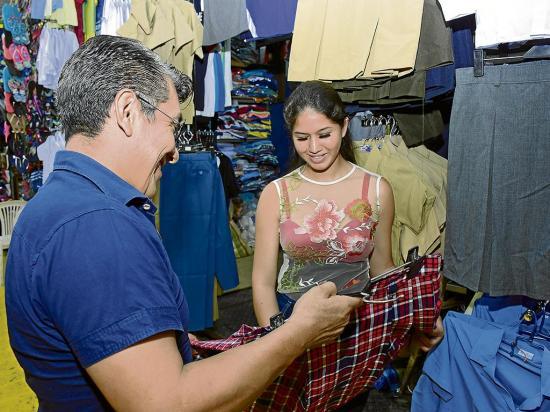 La compra de uniformes mueve el comercio en Manabí