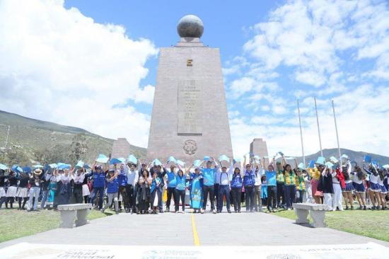 Ecuador hace cadena humana en Mitad del Mundo en campaña por salud universal