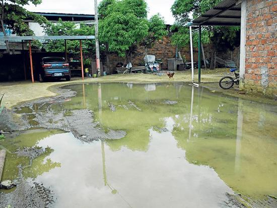 En la calle Vicente Macías están viviendo entre aguas servidas