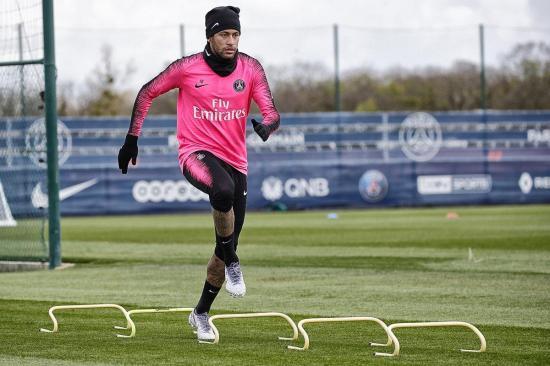 Neymar vuelve a tocar el balón pero todavía debe pasar las pruebas médicas