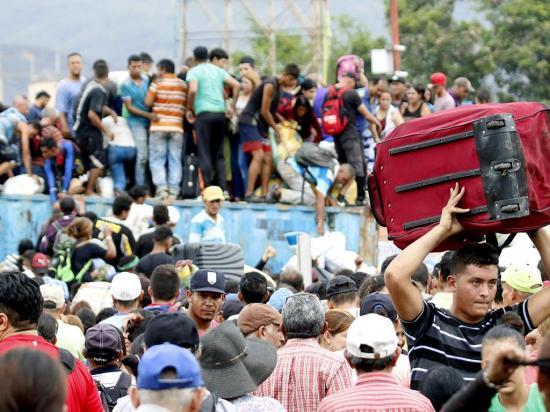Rompen bloqueo en puente con Colombia