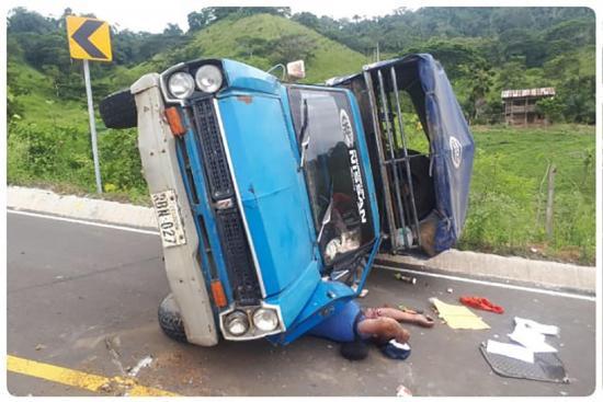 En Jama accidente por perdida de carril deja un muerto