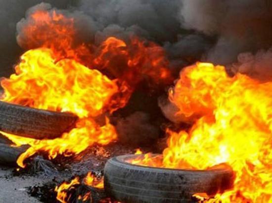 Habitantes protestan y queman llantas en las afueras de CNE en dos provincias de Ecuador