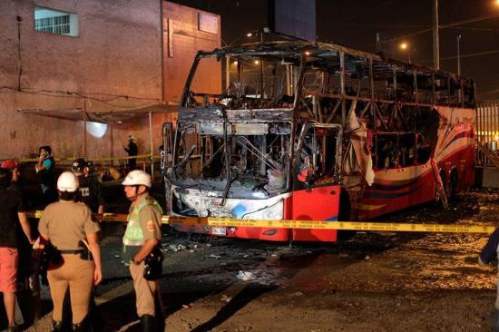 Ordenan prisión preventiva para chofer y copiloto de bus incendiado en Perú