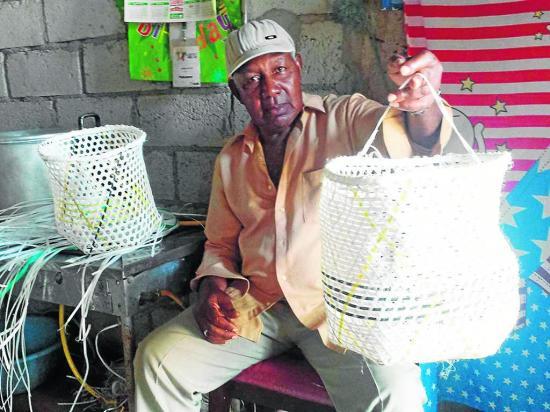 José mantiene el arte de tejer