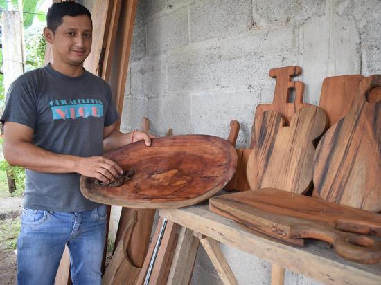 No hay madera que se resista al arte de las manos de Remigio