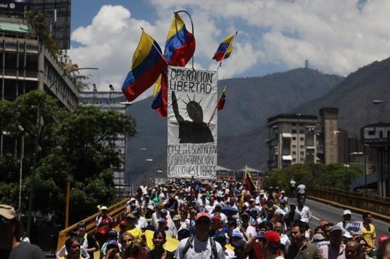 Seguidores de Guaidó protestan en toda Venezuela contra Maduro y apagones