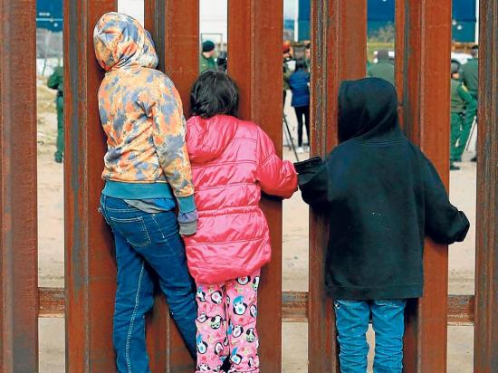 """Los niños son un """"pasaporte"""" para entrar en EE.UU."""