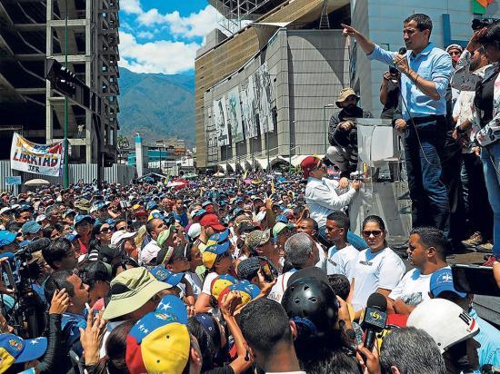 Miles protestan contra apagones
