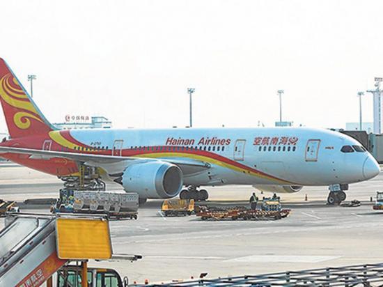 Un pasajero lanzó monedas a un motor del avión en el que iba a viajar
