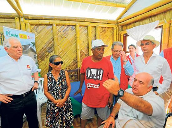 Entregan una de las doce viviendas construidas con bambú