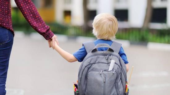 Un colegio británico obliga a un niño autista a llevar un chaleco reflectante