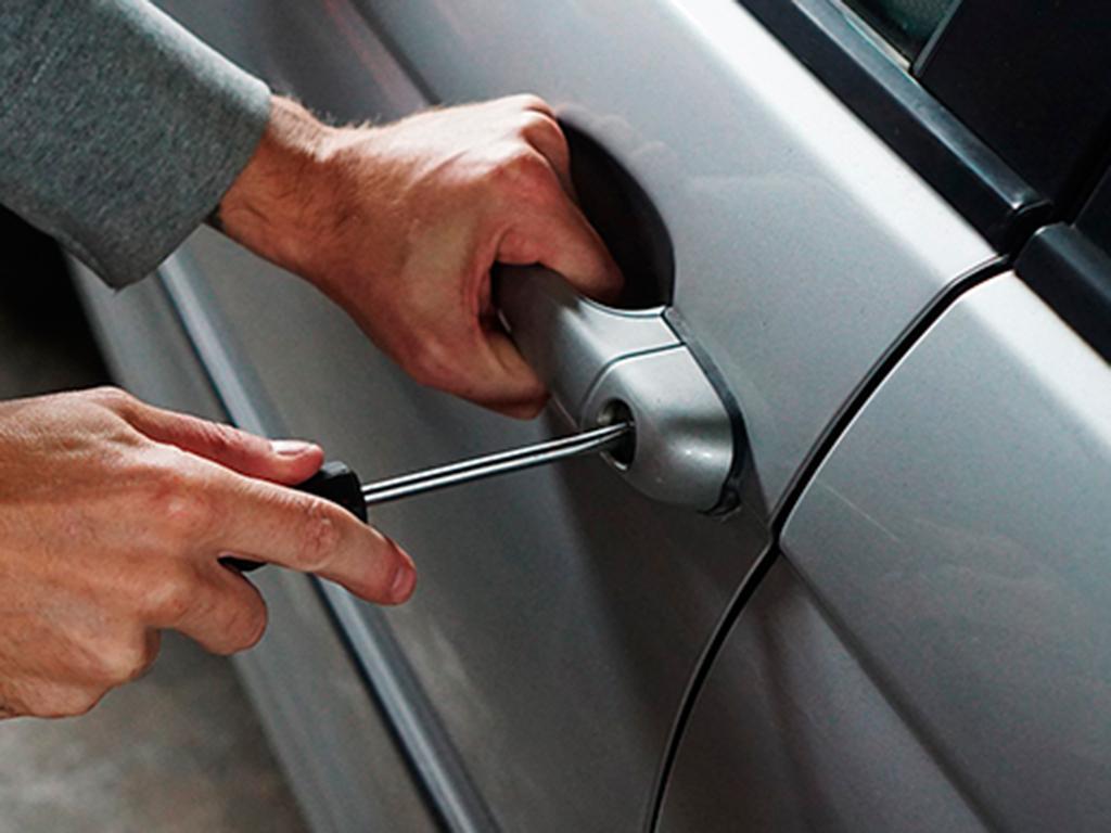 Abren carro para robar