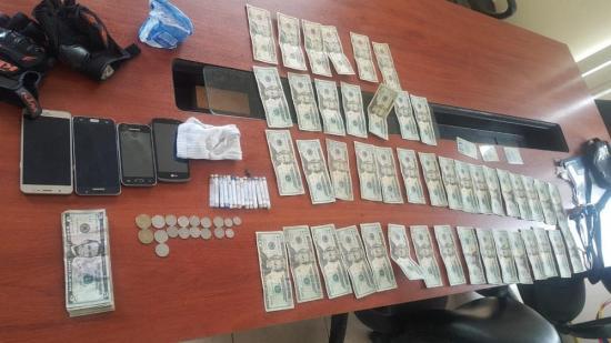 Policía detiene a pasajeros al encontrarles 14 tubos con cocaína