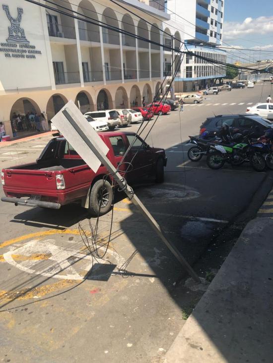 Habitantes de avenida 4 de Manta piden atención por cableado eléctrico