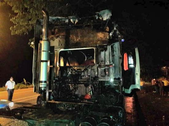 Un tráiler se incendió en la vía Babahoyo-Jujan
