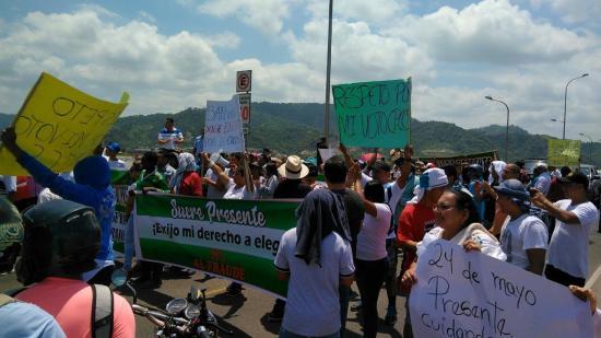 Manifestación obstaculiza el tránsito en el puente Los Caras
