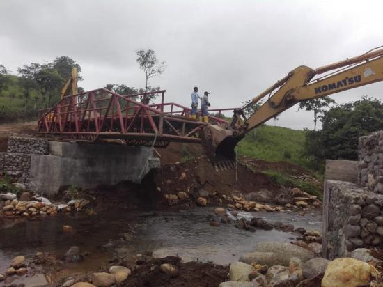Instalan puente en San Jacinto del Búa