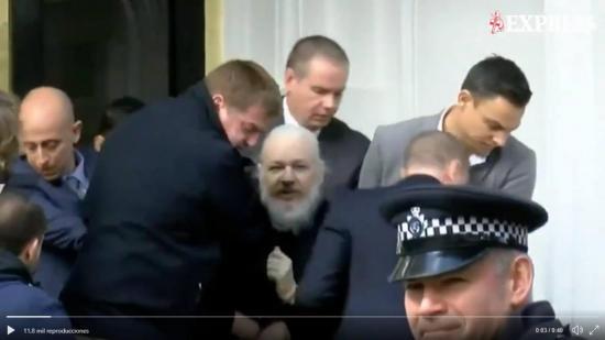 Policías sacan a Julian Assange por la fuerza y esposado de la embajada ecuatoriana