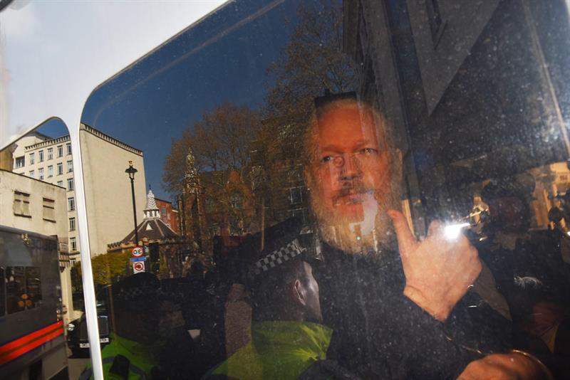 Ecuador deja a Assange sin asilo y le suspende la nacionalidad