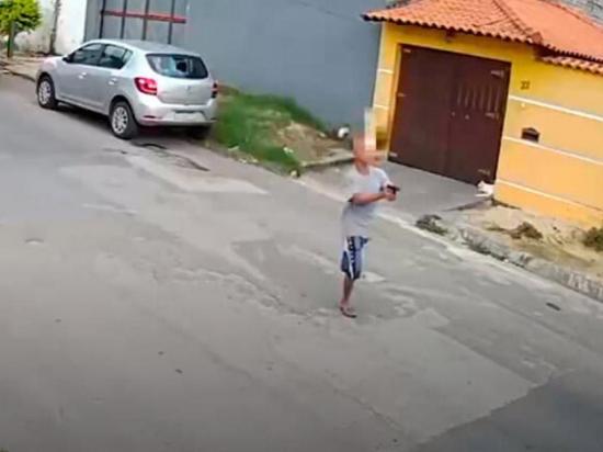 Ladrón sin una pierna roba carro