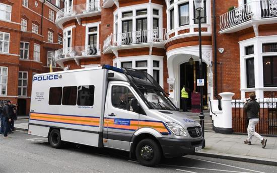 Ecuador esperó a ''blindarse'' antes de suspender el asilo a Assange