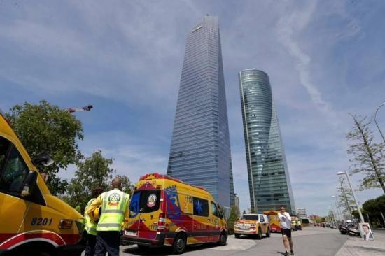 Desalojan un rascacielos de Madrid por alarma de bomba que resultó ser falsa